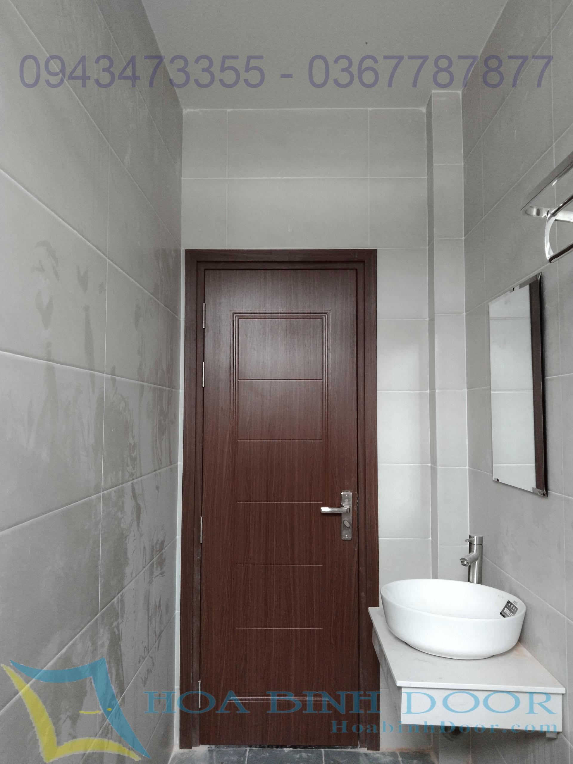 cửa nhựa composite lắp toilet dong phủ da